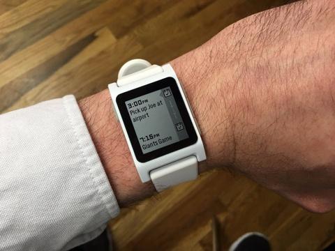Smartwatch dang chet dan hinh anh