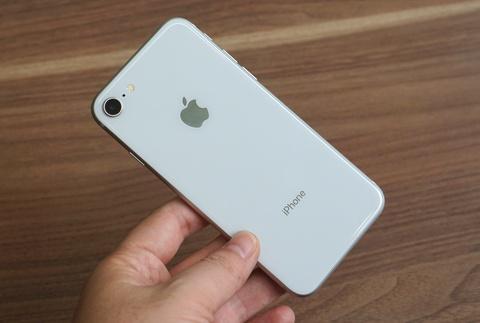 Mua linh kien them 10 USD, Apple tang gia iPhone 8 len 50 USD hinh anh