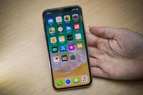 Fan Apple cung phat so voi muc gia iPhone X hinh anh