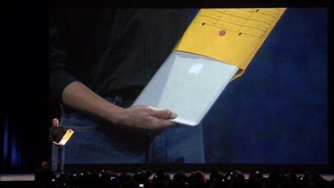 Khoanh khac Steve Jobs loi MacBook Air tu mot chiec phong bi hinh anh