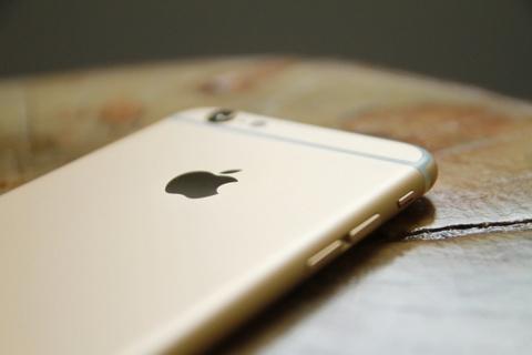 Nhieu nguoi di thay pin iPhone bi Apple 'chat chem' hinh anh