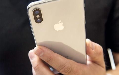 Vo kinh camera iPhone X, phi sua bang tien mua iPhone 7 hinh anh