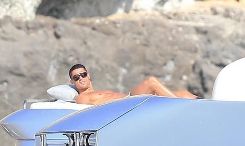 Ronaldo thue du thuyen sieu sang di nghi cung gia dinh hinh anh