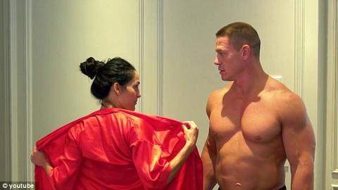 Vo chong do vat John Cena khoa than tao bao hinh anh