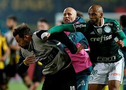 'Thung rac vang' Brazil dam cau thu Penarol o Copa Libertadores hinh anh