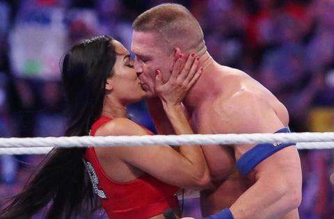 Nu do vat goi cam mang tin buon cho khan gia WWE hinh anh