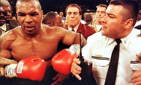 Tron 20 nam khoanh khac kinh di Mike Tyson can tai Holyfield hinh anh 13