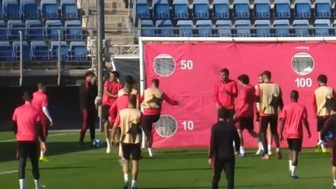 Sergio Ramos boc hoa, tra dua dong doi tren san tap hinh anh