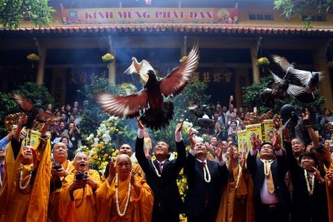 Phong sinh o Ha Noi, Sai Gon, ruoc Phat tai Hue ngay Phat dan hinh anh 2