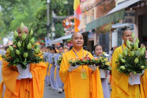 Phong sinh o Ha Noi, Sai Gon, ruoc Phat tai Hue ngay Phat dan hinh anh 12