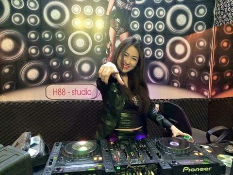 Trang Moon, Wang Tran tu van hoc nghe DJ hinh anh