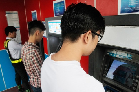 Hang chuc trieu the ATM phai chuyen doi hinh anh