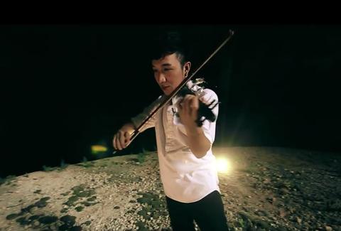Clip 9X Quang Binh keo violin 'Say you do' giua Hang En hinh anh