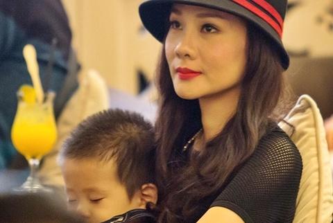 Con trai Duong Yen Ngoc ngu ngoan trong long me hinh anh