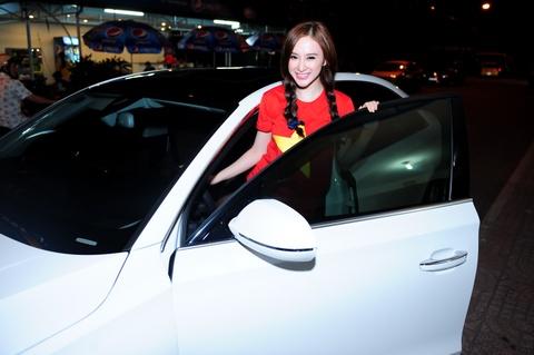Angela Phuong Trinh, Chi Pu lai xe hop tien ty di thi hinh anh