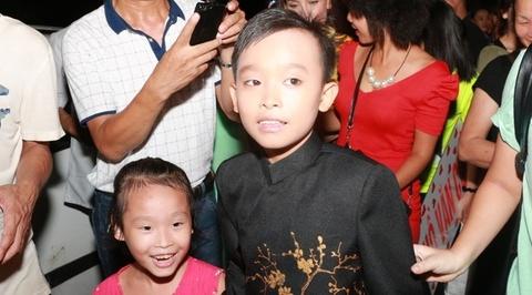 Ho Van Cuong duoc fan vay kin khi lan dau ra Ha Noi hinh anh