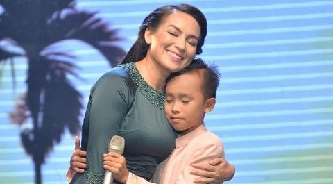 Ho Van Cuong om hon me nuoi Phi Nhung khi song ca hinh anh