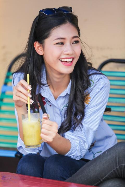 A hau Thanh Tu uong nuoc mia tren via he Sai Gon hinh anh 4