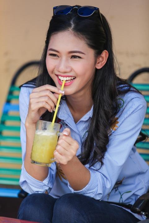 A hau Thanh Tu uong nuoc mia tren via he Sai Gon hinh anh 5