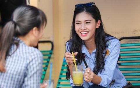 A hau Thanh Tu uong nuoc mia tren via he Sai Gon hinh anh 2