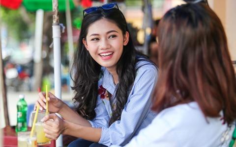 A hau Thanh Tu uong nuoc mia tren via he Sai Gon hinh anh 3