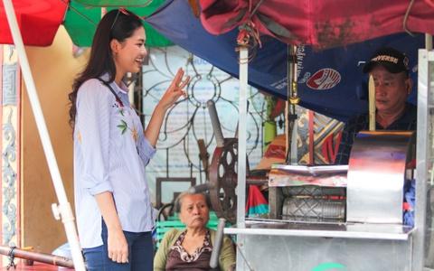 A hau Thanh Tu uong nuoc mia tren via he Sai Gon hinh anh 1
