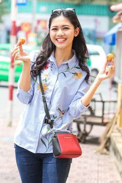 A hau Thanh Tu uong nuoc mia tren via he Sai Gon hinh anh 8
