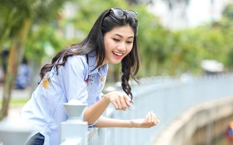 A hau Thanh Tu uong nuoc mia tren via he Sai Gon hinh anh 11