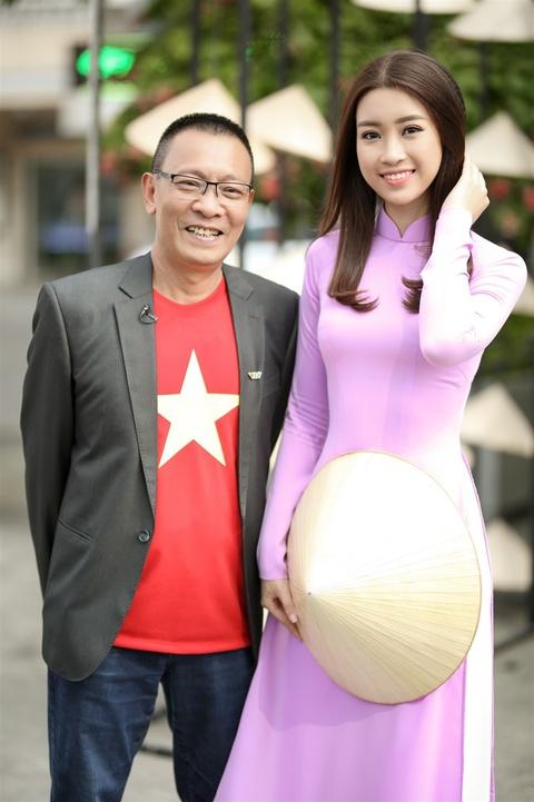 Hoa hau My Linh noi bat voi ao dai tim va non la tren pho Nguyen Hue hinh anh 10