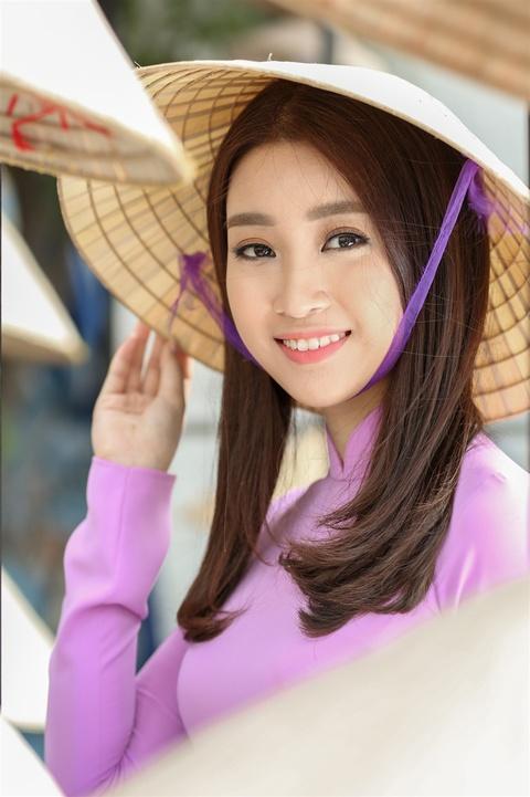 Hoa hau My Linh noi bat voi ao dai tim va non la tren pho Nguyen Hue hinh anh 4