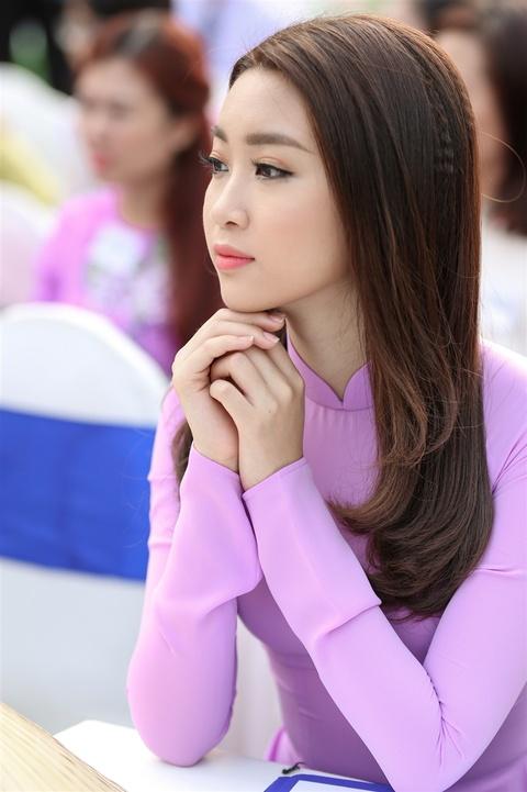 Hoa hau My Linh noi bat voi ao dai tim va non la tren pho Nguyen Hue hinh anh 6