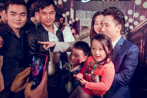 Phan Manh Quynh bi bua vay khi hat o Hai Phong hinh anh 3