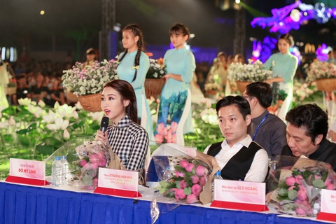 Hoa hau My Linh dien ao dai doc dao di cham thi hinh anh 1