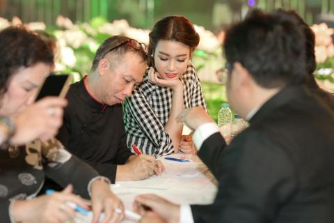 Hoa hau My Linh dien ao dai doc dao di cham thi hinh anh 3