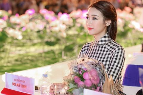 Hoa hau My Linh dien ao dai doc dao di cham thi hinh anh 2