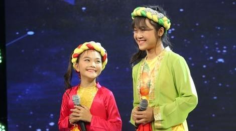 Quang Linh 'rung roi tay chan' khi nghe hai thi sinh nhi hat hinh anh