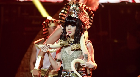 Mang tran len san khau, hot girl 9X dang quang Ban la ngoi sao hinh anh
