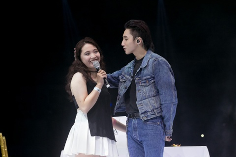 Hai co gai may man nhat fan meeting cua Son Tung hinh anh
