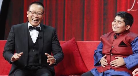 MC Lai Van Sam cuoi ngat vi cau be mum mim den tu An Do hinh anh