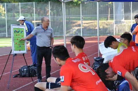 Nguoi dai dien bat mi ho so xin viec HLV Park Hang-seo gui VFF hinh anh 2
