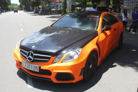 Mercedes E350 do bodykit, son mau cam doc dao o Sai Gon hinh anh