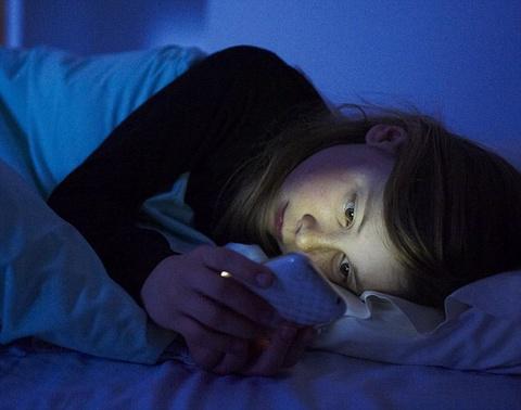 Anh sang xanh tren smartphone lam tang nguy co ung thu hinh anh