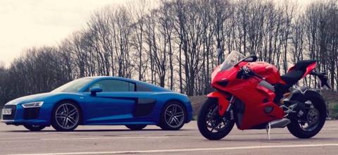 Audi R8 V10 so gang voi Ducati Panigale V4 hinh anh