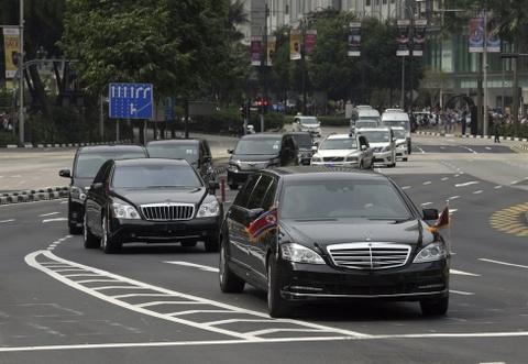 Doan xe cho ong Kim Jong Un tren duong pho Singapore hinh anh