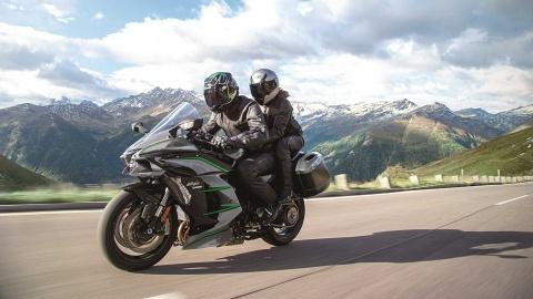 Kawasaki Ninja H2 SX SE+ 2019 hiện đại hơn, giá từ 25.000 USD