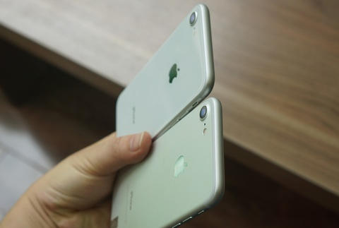 Den luot Duc cam ban 2 mau iPhone hinh anh