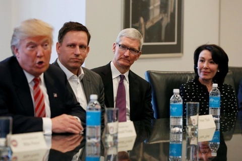 Ong Trump noi ho ve co phieu Apple, khuyen lap rap iPhone o My hinh anh