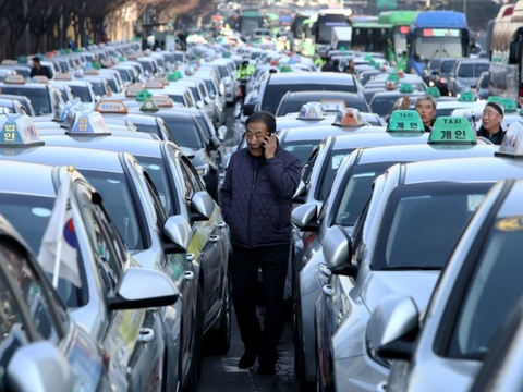 Tai xe taxi Han Quoc lai tu thieu phan doi dich vu goi xe hinh anh