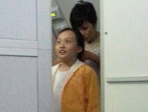 Phuong Thanh dua con gai di le chua hinh anh