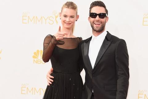 Adam Levine va vo sieu mau tinh tu tren tham do Emmy hinh anh
